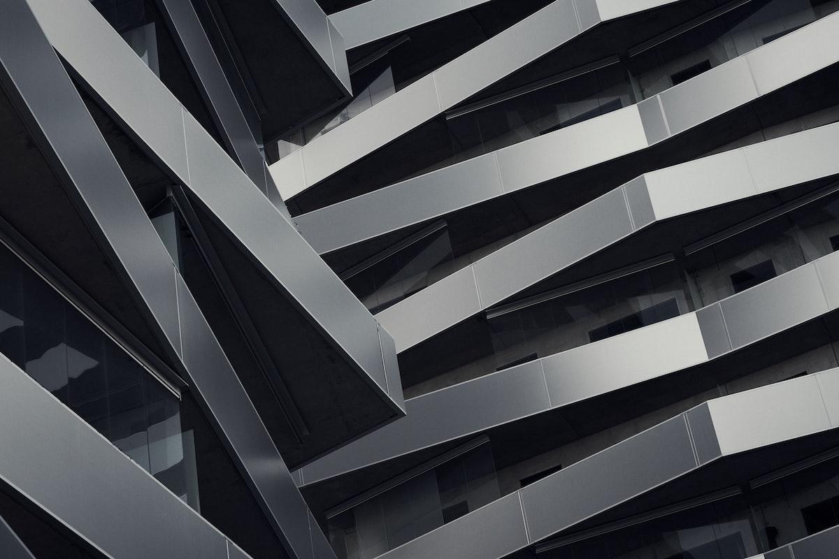 Gebäudefassade mit Metallelementen
