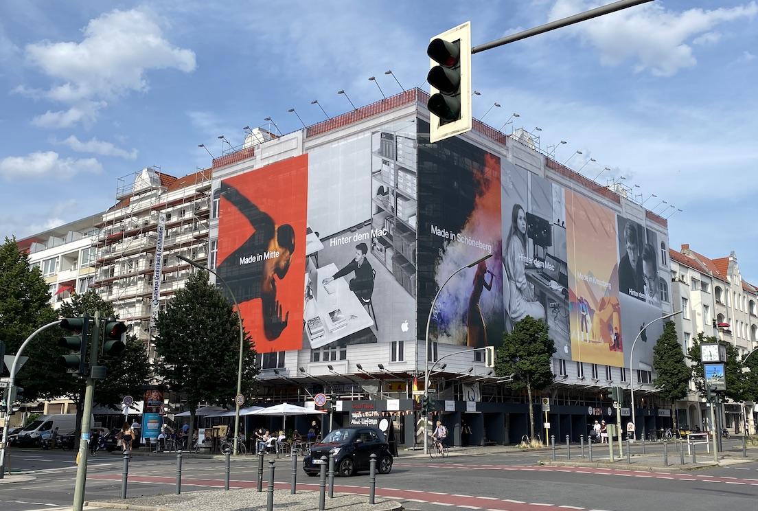 Hinter dem Mac Plakate in Berlin